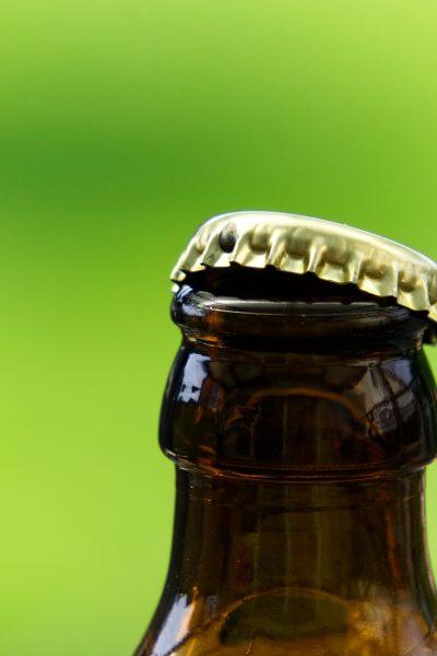 Comment bien ouvrir une bière sans décapsuleur ?